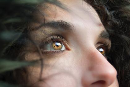 mujer viendo al horizonte